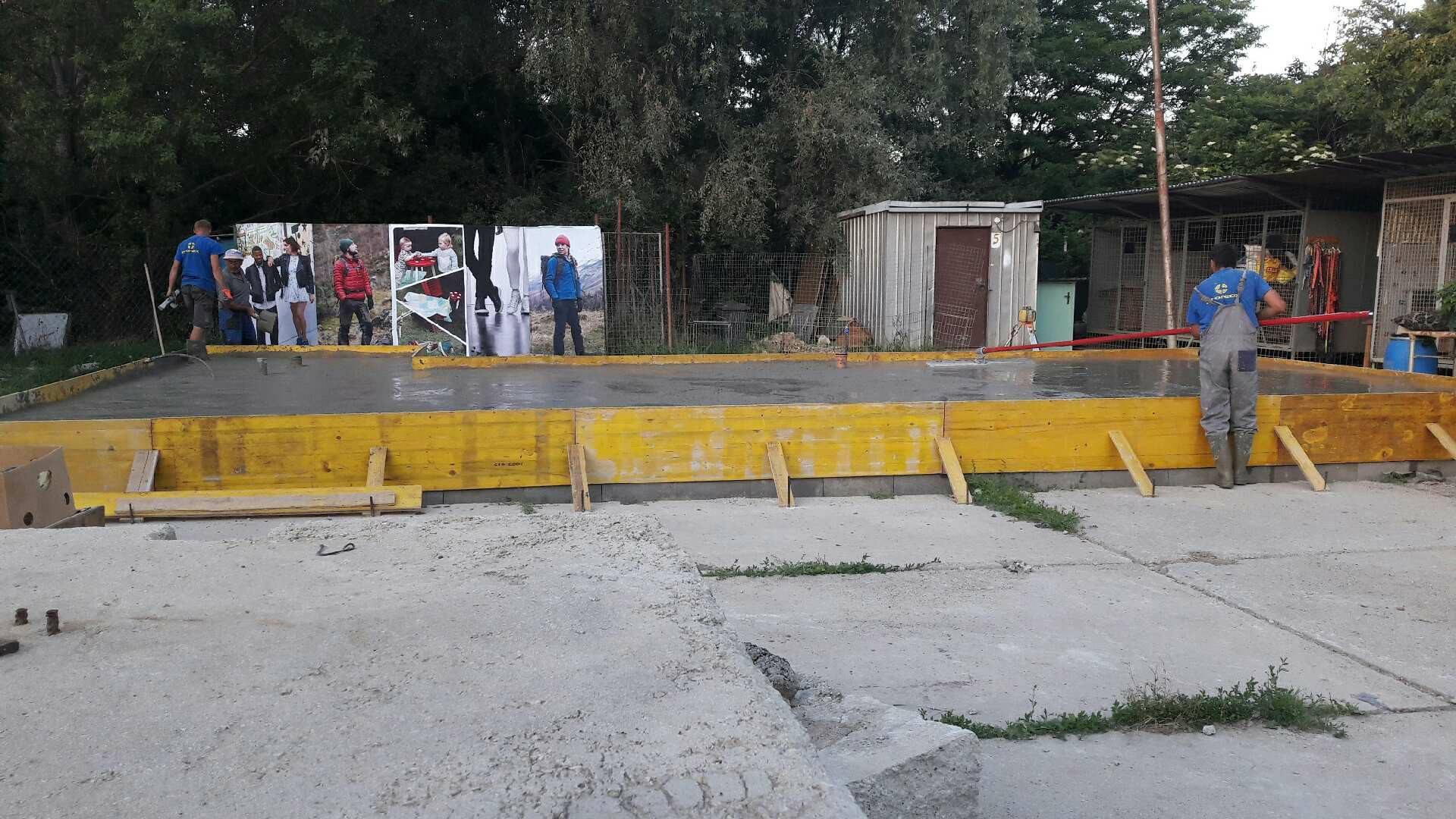 Zalievanie základovej dosky betónom